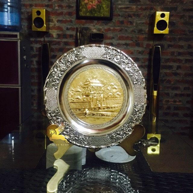 Chiếc đĩa mạ vàng