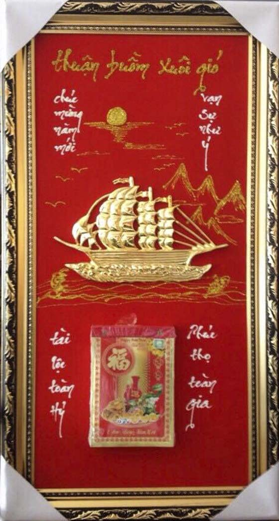 Lịch Tết mạ vàng với biểu tượng Thuận buồm xuôi gió.