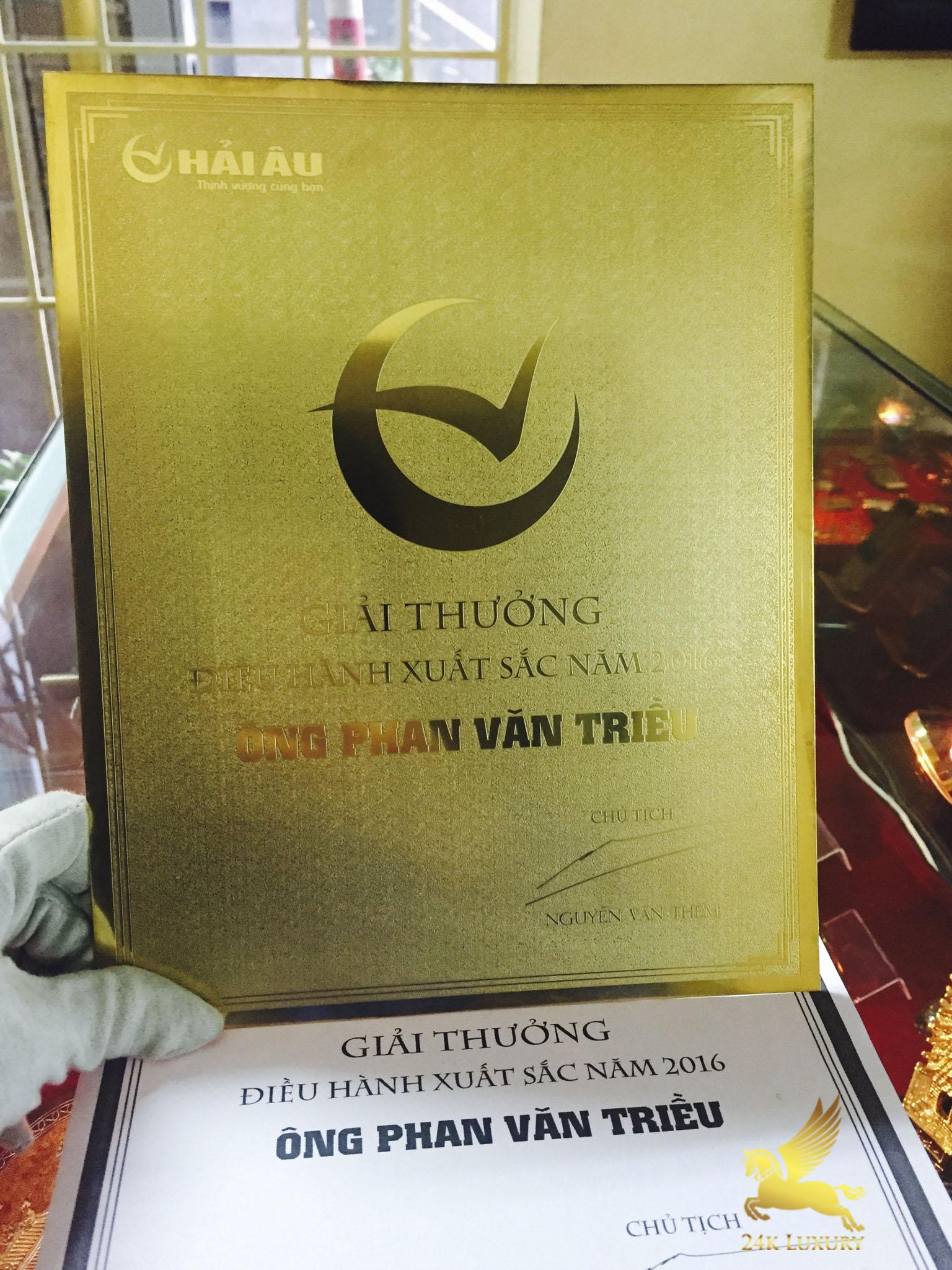 . Kỷ niệm chương mạ vàng có giá trị lớn làm mãn nhãn và hài lòng khách hàng