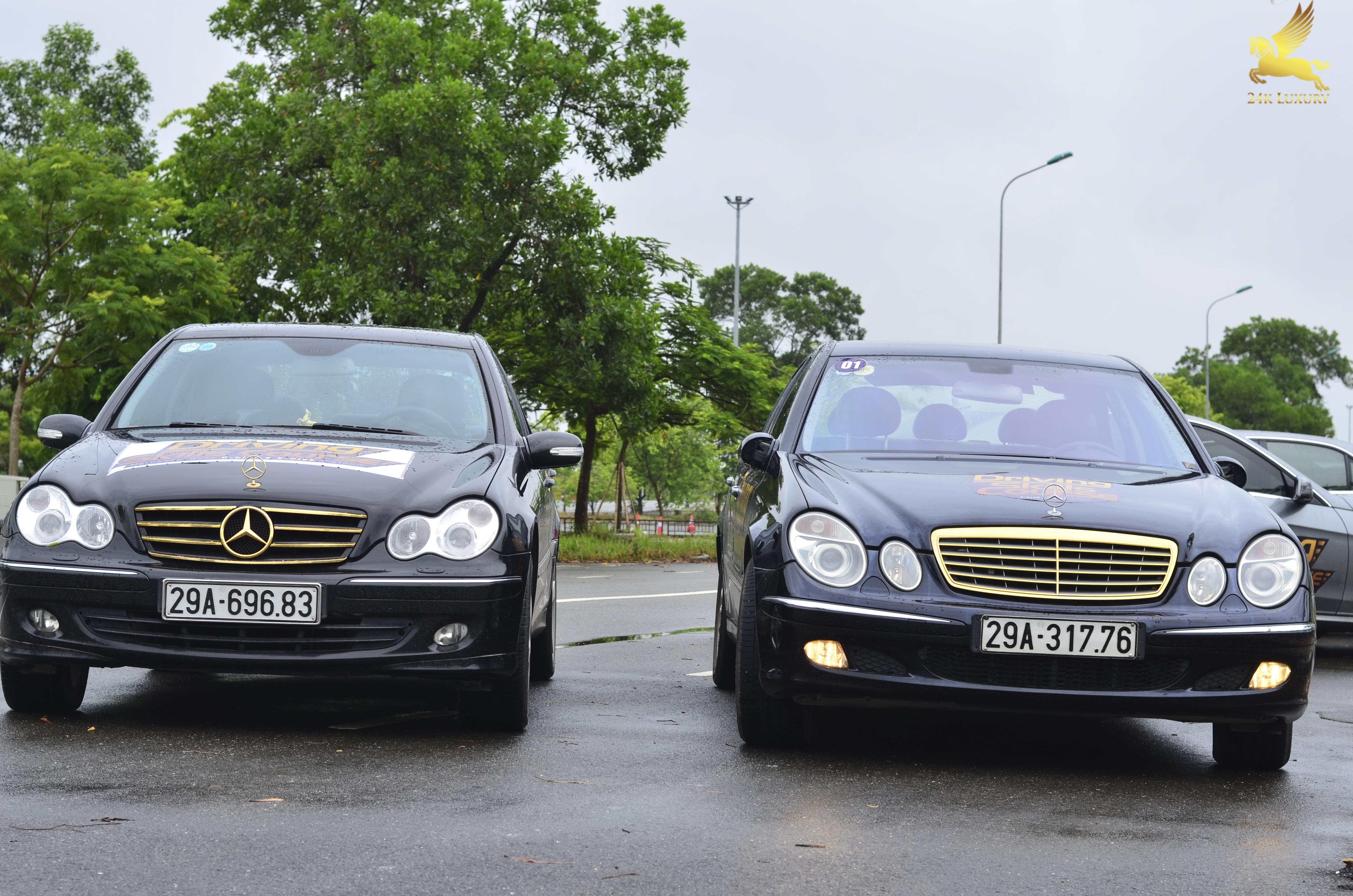 hai chiếc ô tô mercedes mạ vàng