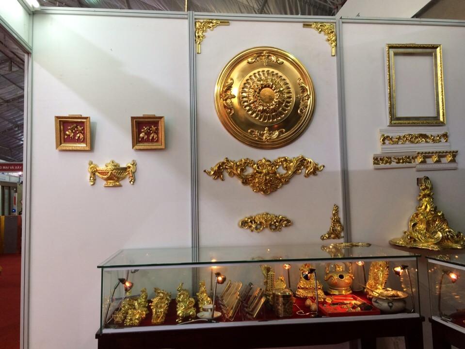 Phào chỉ mạ vàng và các sản phâm mạ vàng được trưng bày tại gian hàng của công ty