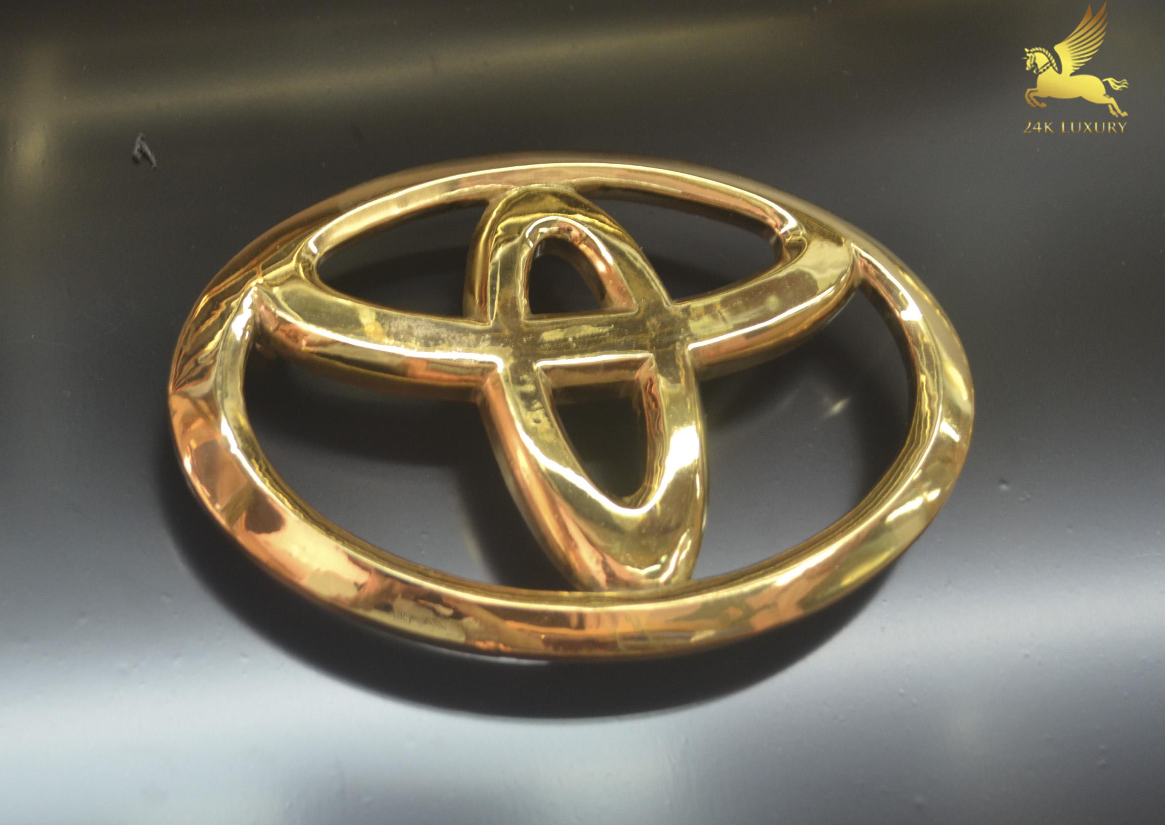Logo Toyota mạ vàng 24k