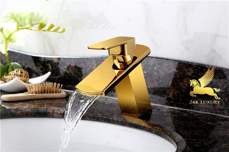 Sản phẩm vòi rửa mạ vàng là mộ phụ kiện quan trọng trong bộ thiết bị phòng tắm mạ vàng tại Vina Gold Art